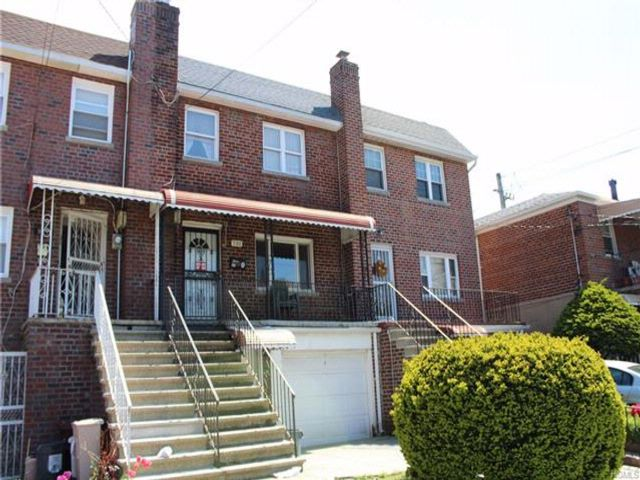 3 BR,  2.50 BTH  Colonial style home in Parkchester